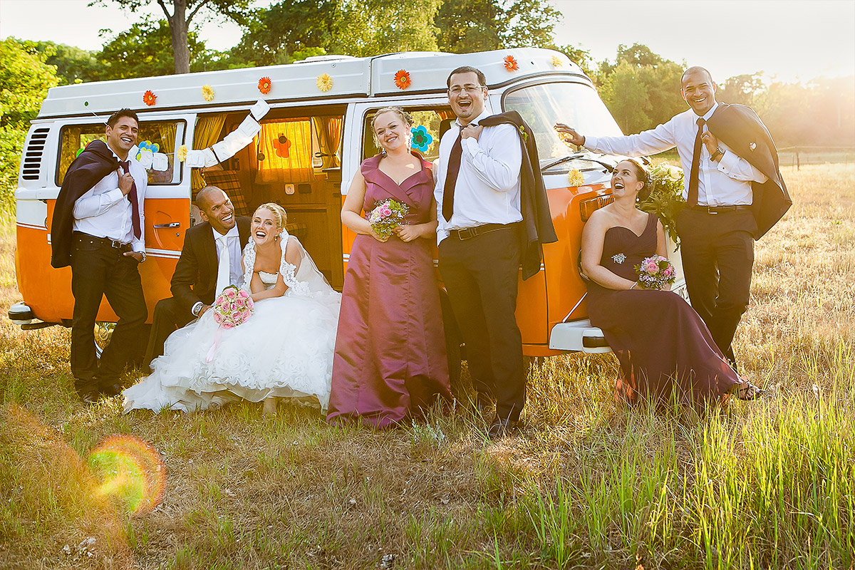 Hochzeitsfoto von Brautpaar mit Gästen vor vintage VW-Bus bei Landhochzeit im Gut Wendgräben Brandenburg © Hochzeitsfotograf Berlin www.hochzeitslicht.de