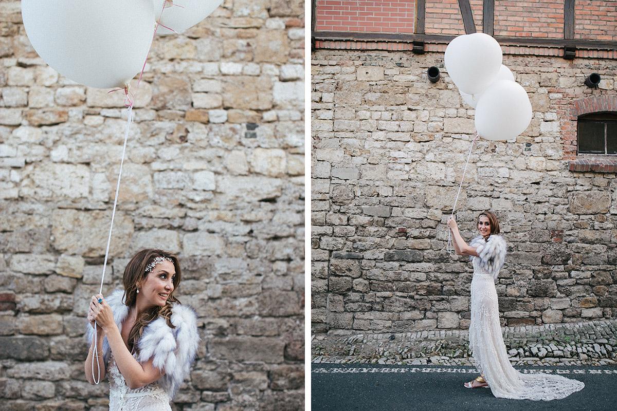 Moderne Hochzeitsfotos von Braut mit weißen Luftballons bei Schlosshochzeit im Schloss Auerstedt aufgenommen von Hochzeitsfotograf Berlin © Hochzeit Berlin www.hochzeitslicht.de