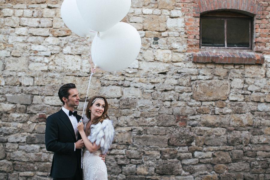 Brautpaarfoto mit weißen Luftballons bei Schlosshochzeit auf Schloss Auerstedt © Hochzeit Berlin www.hochzeitslicht.de