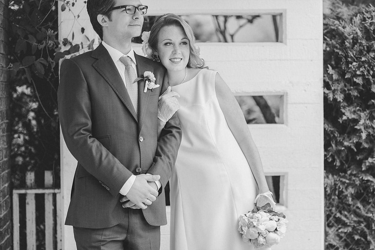 Hochzeitsfoto von Brautpaar in schwarz-weiß nach Trauung in Hochzeitsvilla Standesamt Berlin Zehlendorf © Hochzeitsfotograf Berlin hochzeitslicht