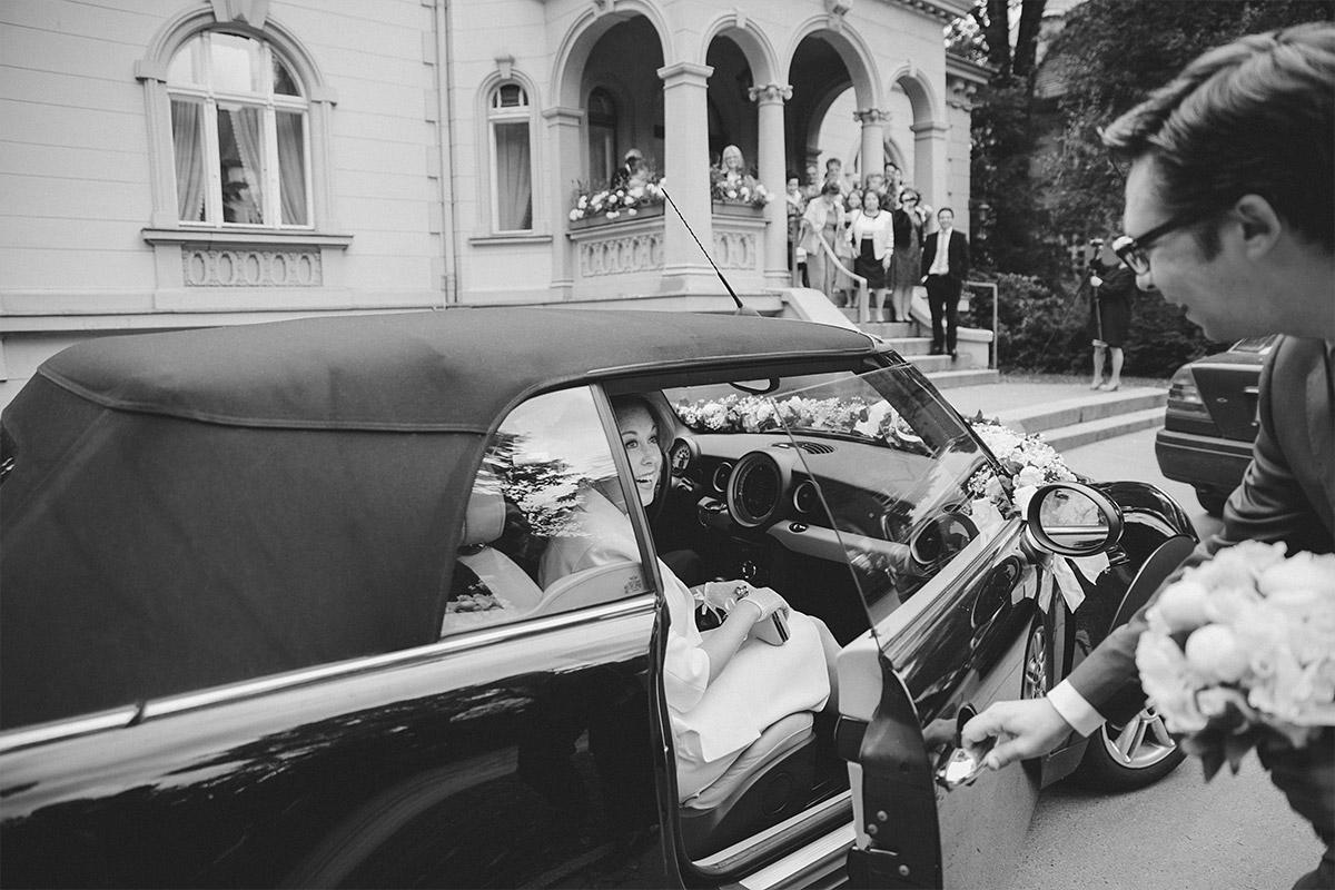 Hochzeitsreportage-Foto bei Ankunft der Braut im Hochzeitsauto vor der Hochzeitsvilla Standesamt Berlin-Zehlendorf © Hochzeitsfotograf Berlin hochzeitslicht