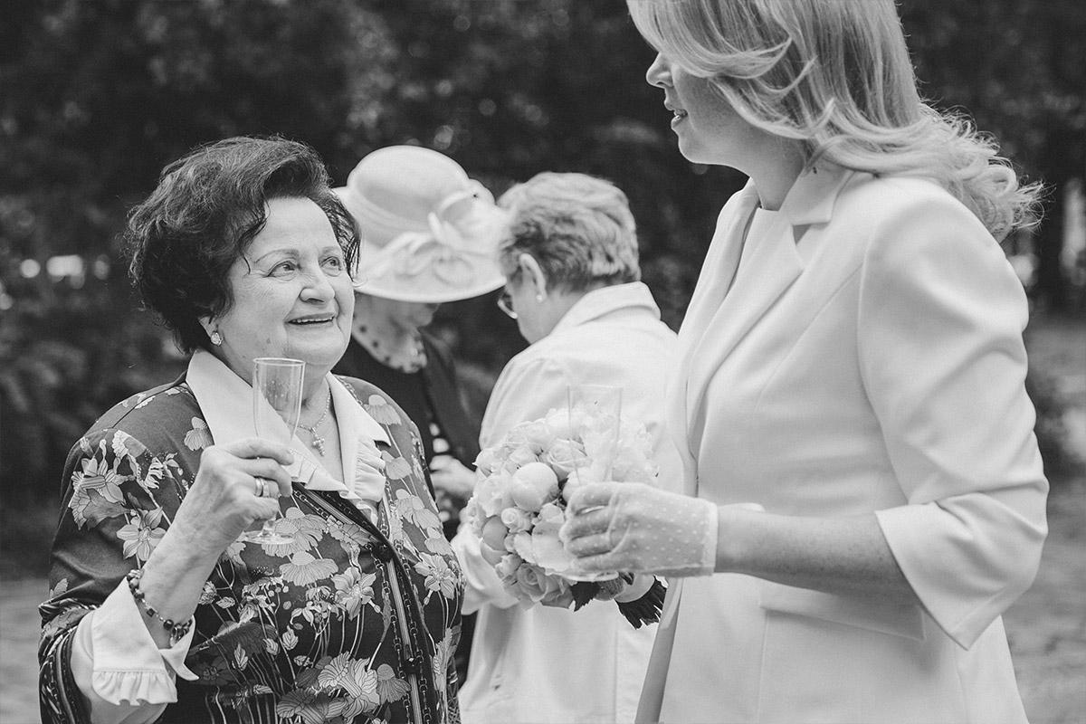 Hochzeitsfotografie bei Gratulation der Gäste nach standesamtlicher Trauung vor der Hochzeitsvilla Standesamt Berlin-Zehlendorf © Hochzeitsfotograf Berlin hochzeitslicht