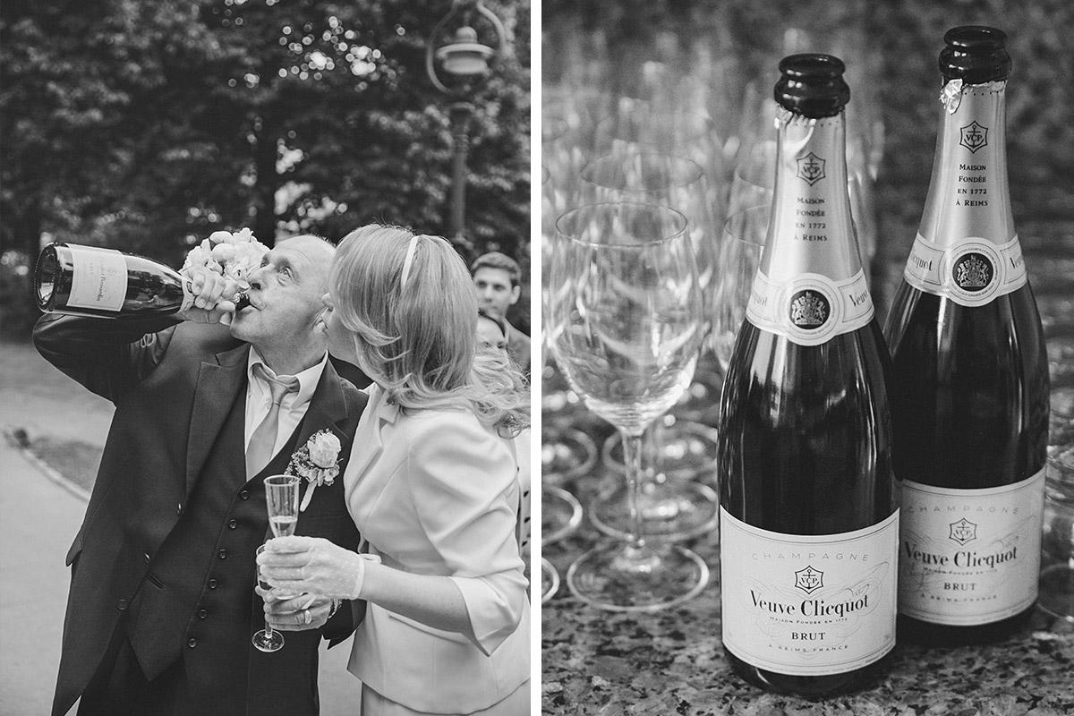 Hochzeitsfoto bei Champagnerempfang nach Trauung im Standesamt Steglitz-Zehlendorf Berlin © Hochzeitsfotograf Berlin hochzeitslicht