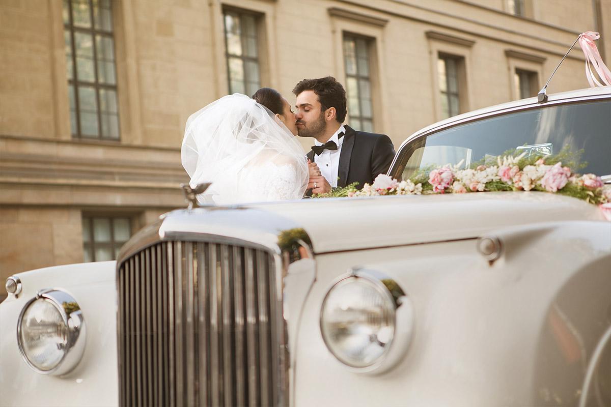 Brautpaar mit Vintage-Hochzeitsauto bei Vintage-Hochzeit in Berlin aufgenommen von professioneller Hochzeitsfotografin © Hochzeitsfotograf Berlin hochzeitslicht