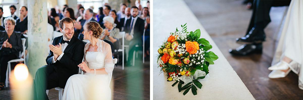Hochzeitsreportage-Fotos von Brautpaar und Brautstrauß während Trauung in Alter Teppichfabrik © Hochzeit Berlin www.hochzeitslicht.de