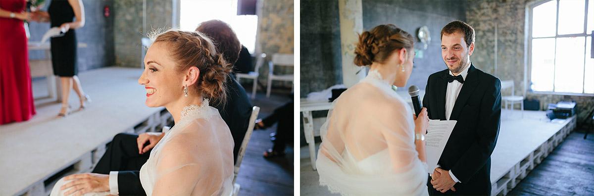 authentische Hochzeitsfotos von Brautpaar aufgenommen von Hochzeitsfotograf bei Trauung in Alter Teppichfabrik Alt Stralau Berlin © Hochzeit Berlin www.hochzeitslicht.de