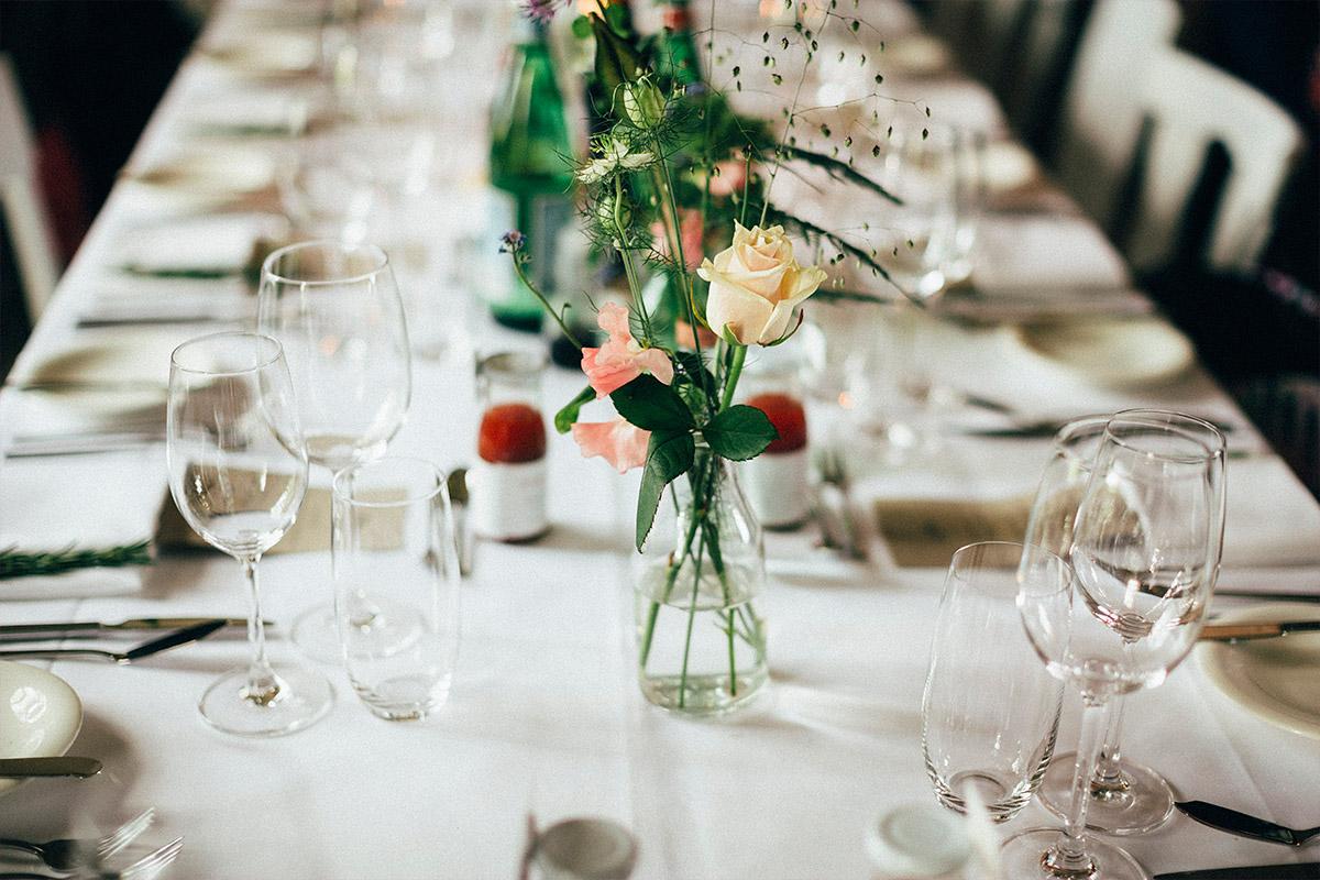 Detailfoto der Tischdekoration mit Rosen bei vintage Hochzeit Alte Teppichfabrik Berlin Friedrichshain © Hochzeit Berlin www.hochzeitslicht.de