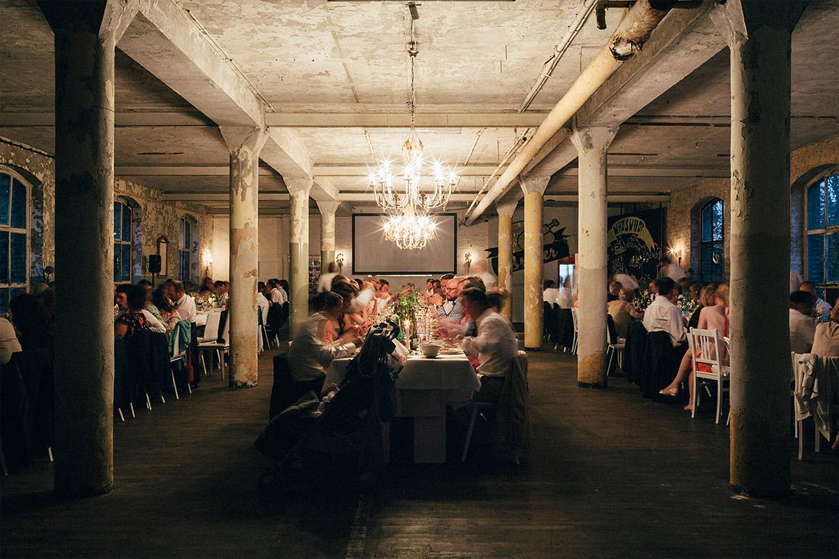 Hochzeitsfoto vom Abendessen bei Hochzeit in Alter Teppichfabrik Berlin © Hochzeit Berlin www.hochzeitslicht.de