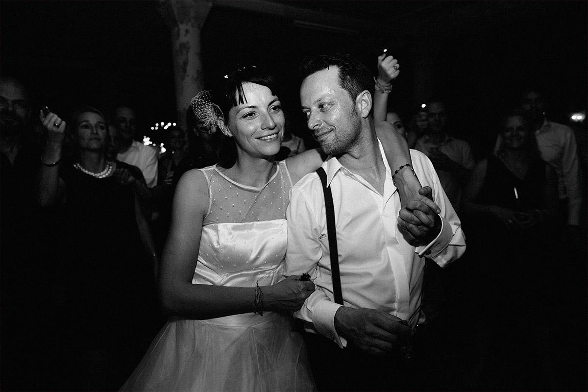 Hochzeitsfoto von Brautpaar bei Hochzeitsfeier am Abend aufgenommen von Hochzeitsfotograf in Alter Teppichfabrik Berlin © Hochzeit Berlin www.hochzeitslicht.de