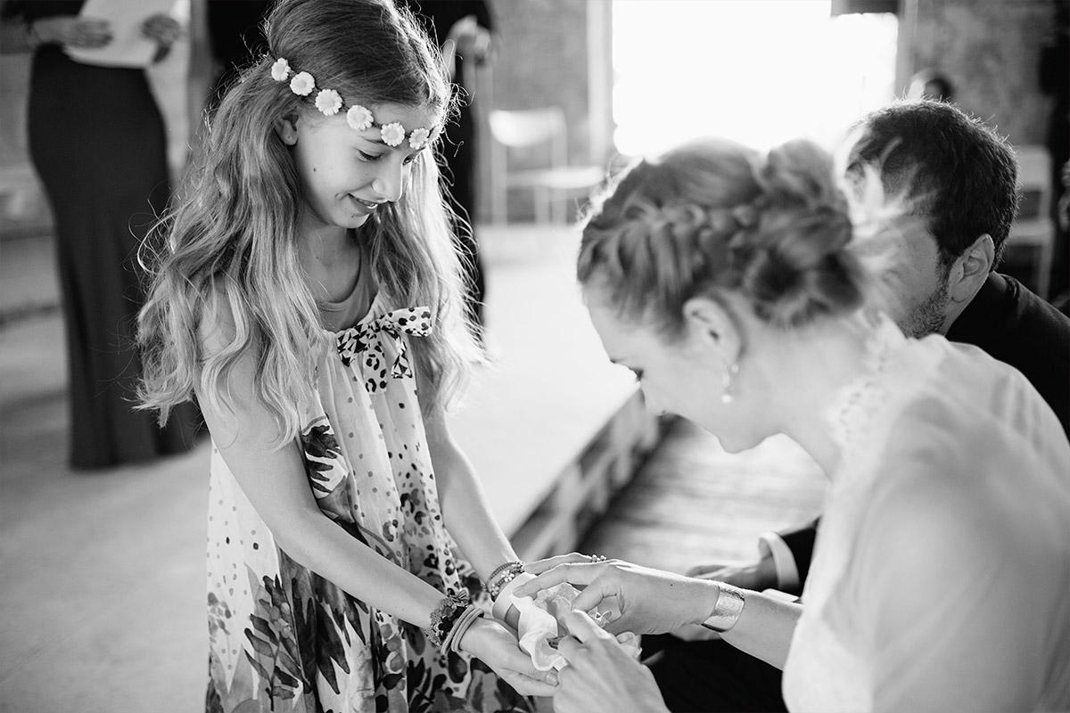 ungestelltes Hochzeitsfoto von Brautpaar mit Blumenmädchen bei Hochzeit in Alter Teppichfabrik Berlin © Hochzeit Berlin www.hochzeitslicht.de