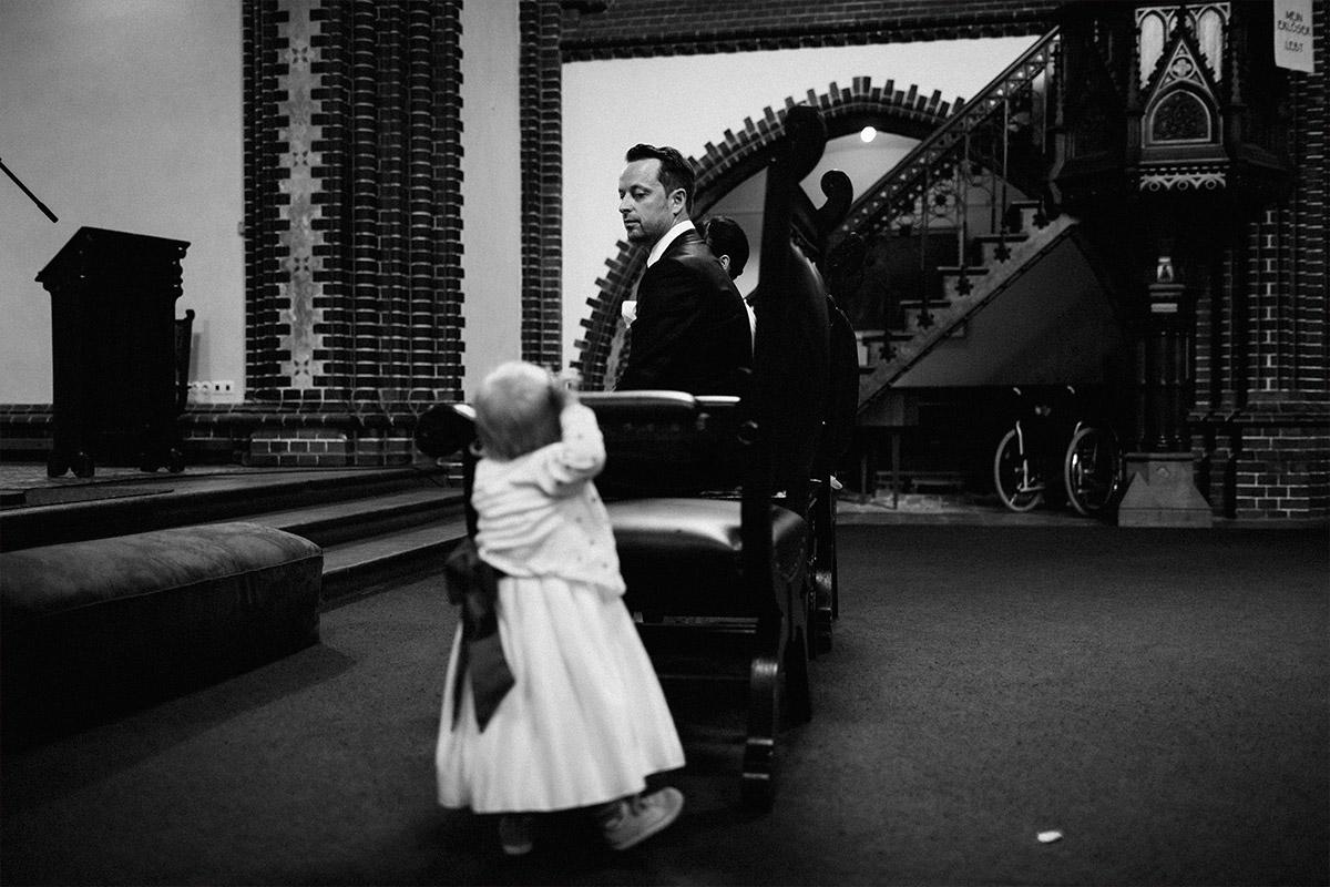 Hochzeitsreportage-Foto von Bräutigam mit Kind bei Trauung in Erlöserkirche Lichtenberg bei Alter Teppichfabrik Hochzeit Berlin © Hochzeit Berlin www.hochzeitslicht.de