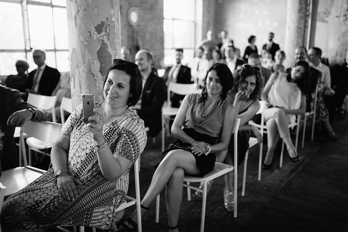 Hochzeitsreportagefoto von Gästen bei Trauung aufgenommen von Hochzeitsfotograf bei Alter Teppichfabrik Hochzeit Berlin © Hochzeit Berlin www.hochzeitslicht.de