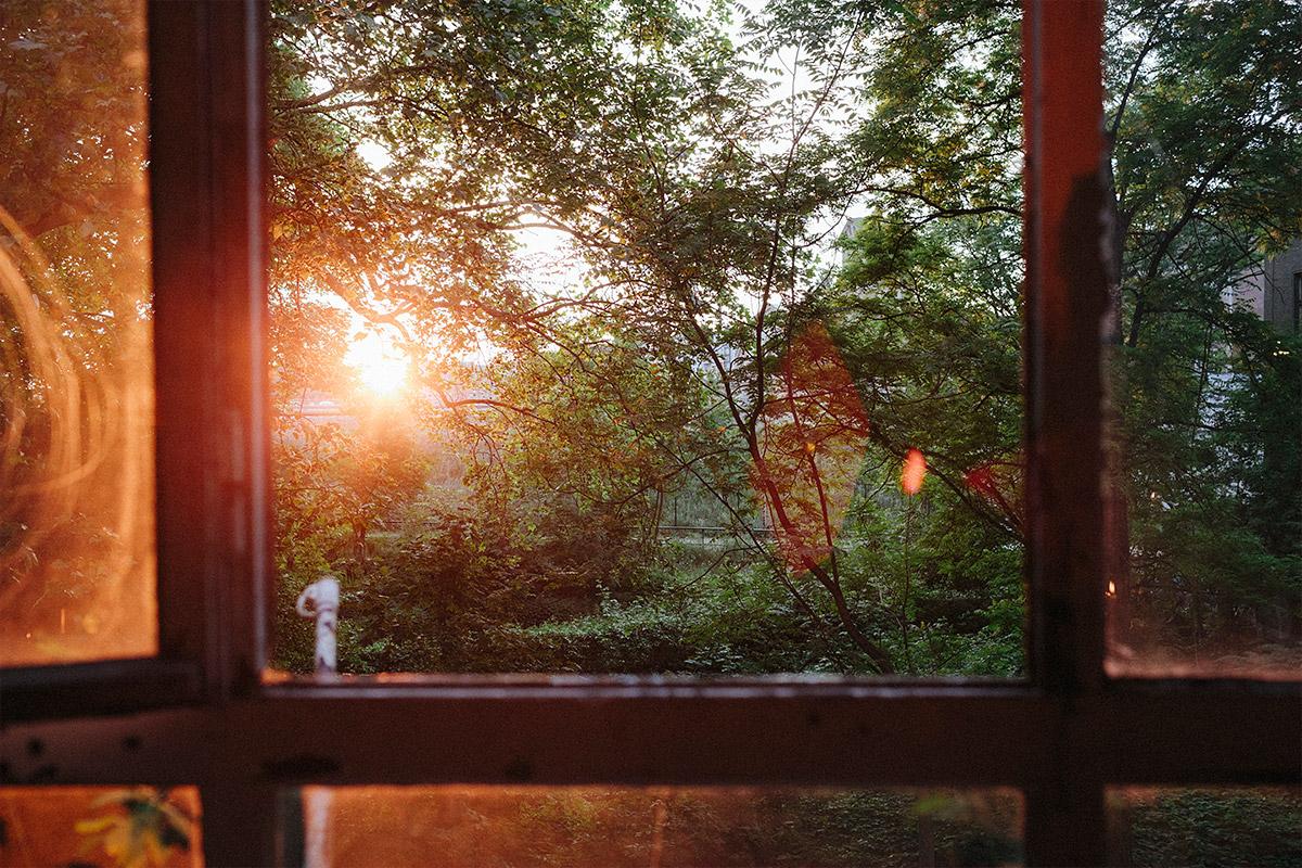 Hochzeitsfoto von Sonnenuntergang aufgenommen von Hochzeitsfotograf in Alter Teppichfabrik Berlin Friedrichshain © Hochzeit Berlin www.hochzeitslicht.de
