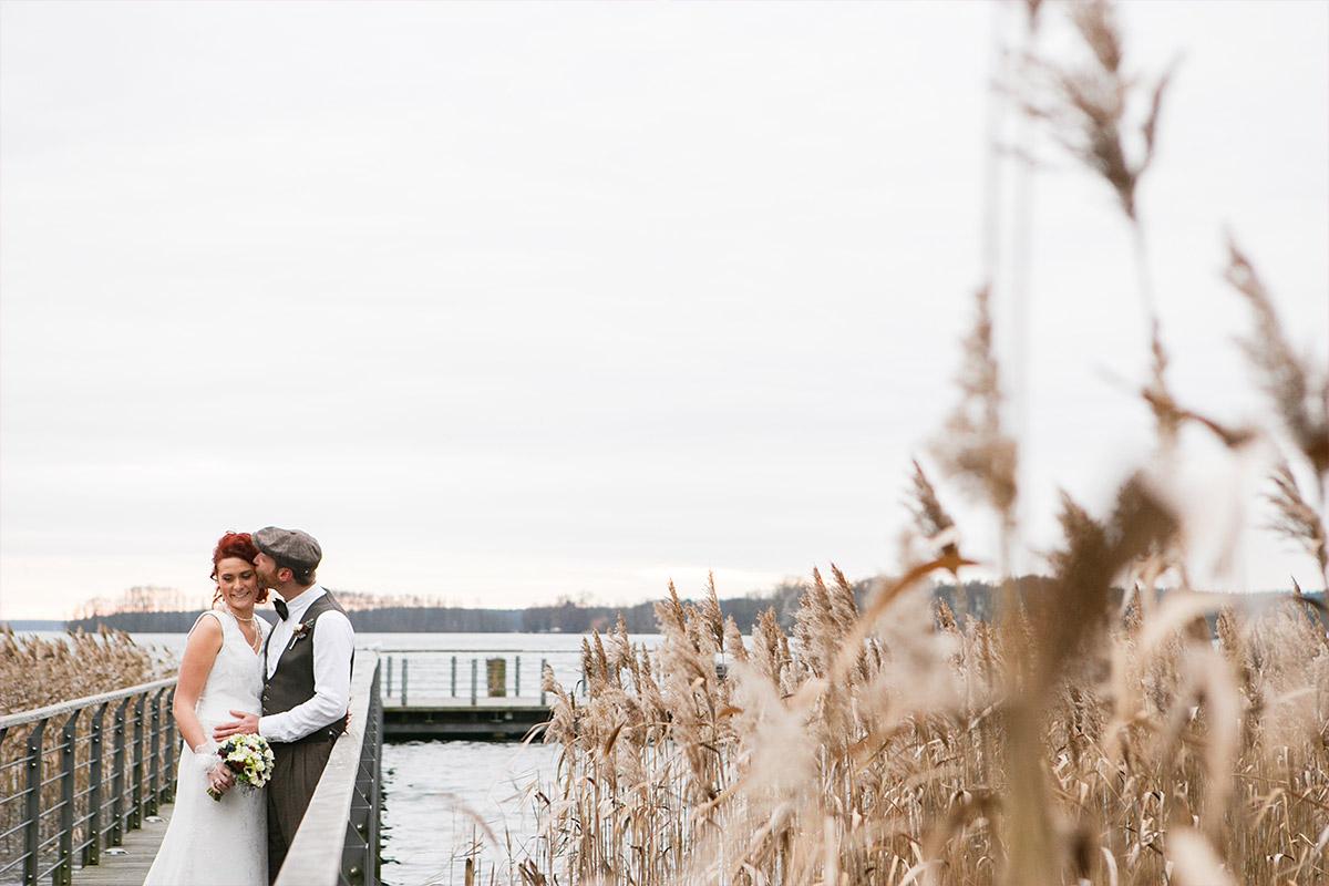 Brautpaarfoto auf Steg im Winter am Scharmützelsee in Bad Saarow bei Villa Contessa Hochzeit © Hochzeitsfotograf Berlin www.hochzeitslicht.de