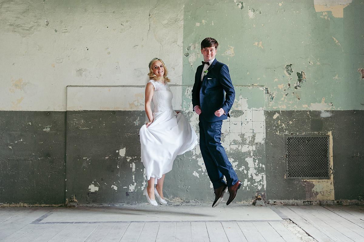 modernes Brautpaarfoto aufgenommen von Hochzeitsfotograf bei Beelitz Heilstätten Hochzeit © Hochzeitsfotograf Berlin www.hochzeitslicht.de