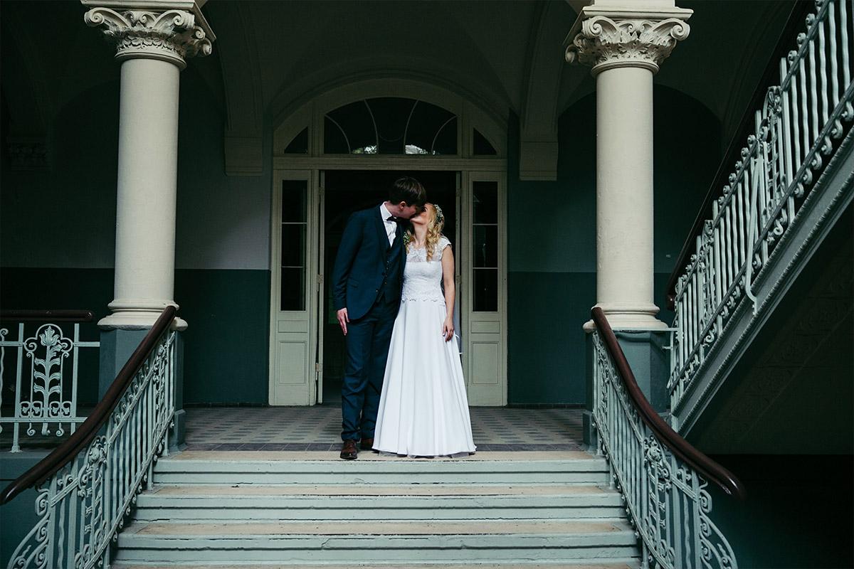 stimmungsvolles Hochzeitsfoto von Brautpaar in Beelitzer Heilstätten aufgenommen bei Landhotel Gustav Hochzeit © Hochzeitsfotograf Berlin www.hochzeitslicht.de
