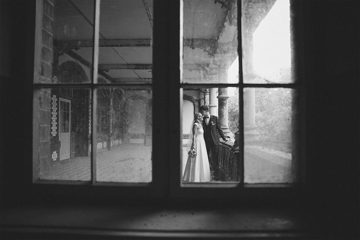 schwarz-weiß Hochzeitsfoto von Brautpaar im Vintage-Stil aufgenommen von Hochzeitsfotograf in Beelitz Heilstätten © Hochzeitsfotograf Berlin www.hochzeitslicht.de
