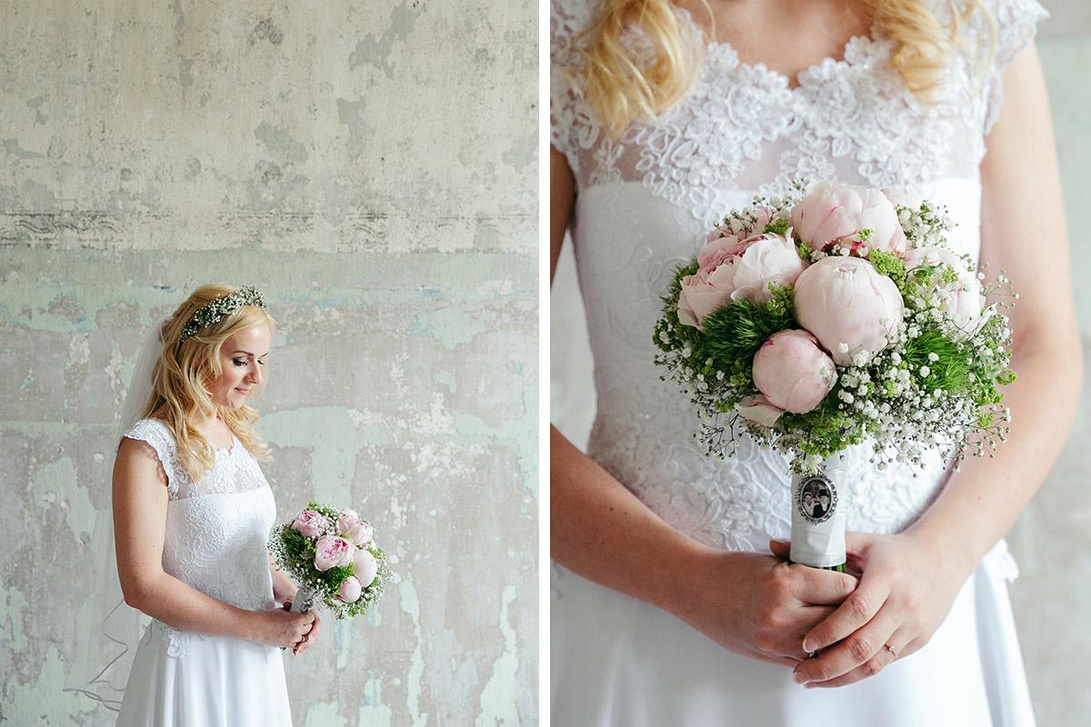 Hochzeitsfotografie der Braut und Detailfoto von Brautstrauß aus pinken Pfingstrosen in Beelitz Heilstätten © Hochzeitsfotograf Berlin www.hochzeitslicht.de