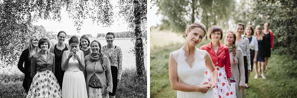 Gruppenfotos von Braut mit weiblichen Gästen bei Landhochzeit in Brandenburg © Hochzeitsfotograf Berlin www.hochzeitslicht.de