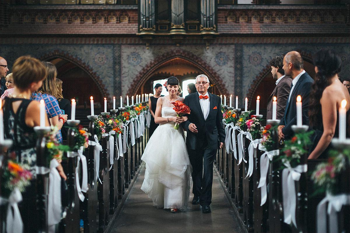 Hochzeitsfoto vom Einzug der Braut in Erlöserkirche Berlin Lichtenberg © Hochzeit Berlin www.hochzeitslicht.de