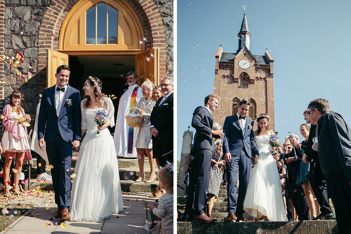 Hochzeitsreportage von Auszug des Brautpaars nach Hochzeit in Feldsteinkirche Wulkow © Hochzeitsfotograf Berlin www.hochzeitslicht.de
