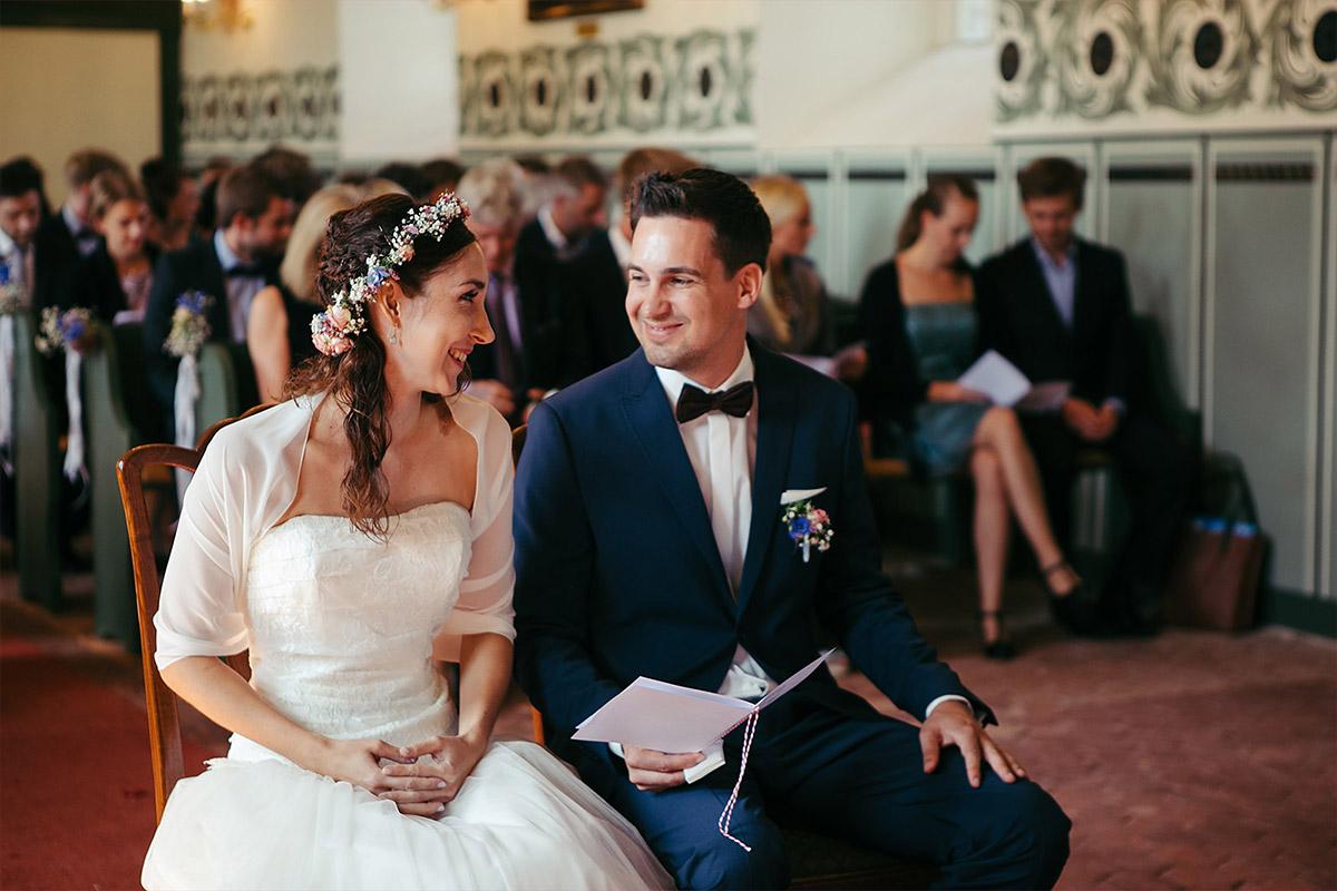 ungestelltes Hochzeitsfoto von Brautpaar bei Trauung in Feldsteinkirche Wulkow während Haus Tornow am See Hochzeit © Hochzeitsfotograf Berlin www.hochzeitslicht.de