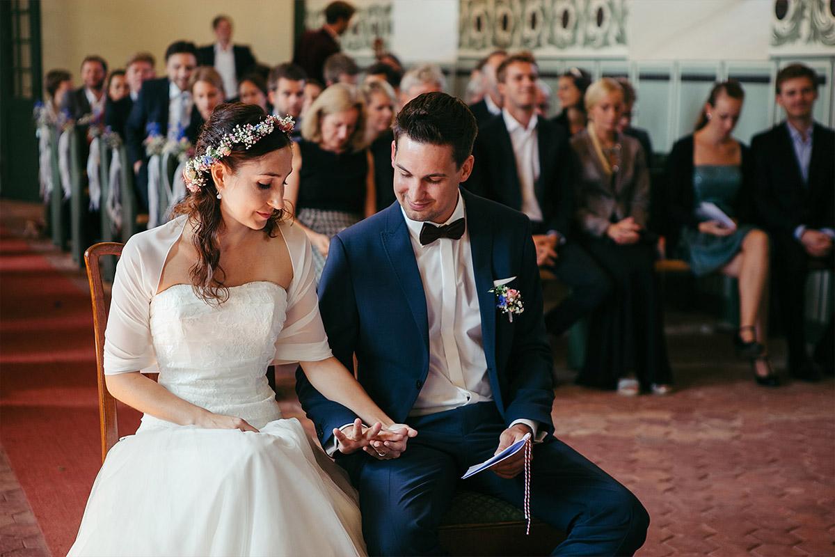 Hochzeitsreportagefoto bei Trauung in Feldsteinkirche Wulkow aufgenommen von professionellem Hochzeitsfotograf bei Haus Tornow am See Hochzeit © Hochzeitsfotograf Berlin www.hochzeitslicht.de