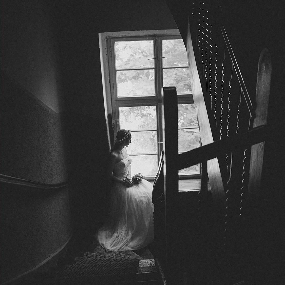 künstlerische Hochzeitsfotografie von Braut im Vintage-Stil bei Haus Tornow am See Hochzeit © Hochzeitsfotograf Berlin www.hochzeitslicht.de