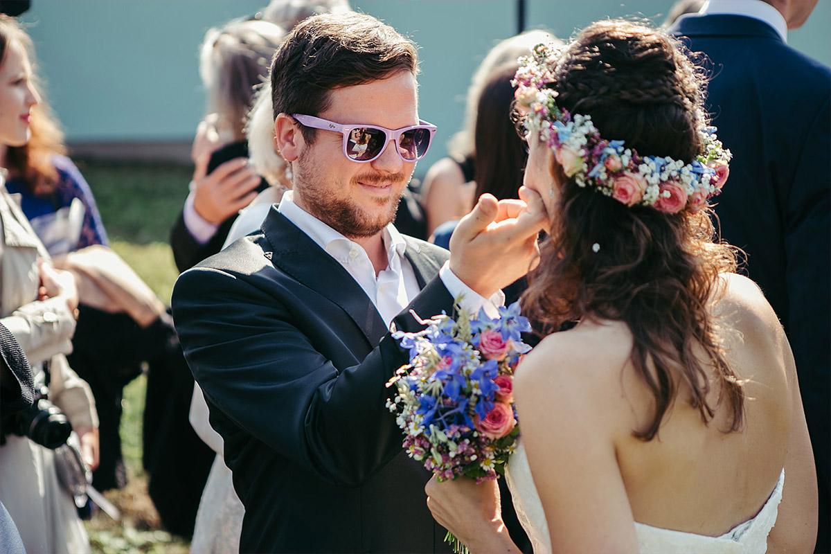 Hochzeitsreportage-Fotografie von Gratulation der Gäste bei Haus Tornow Hochzeit © Hochzeitsfotograf Berlin www.hochzeitslicht.de
