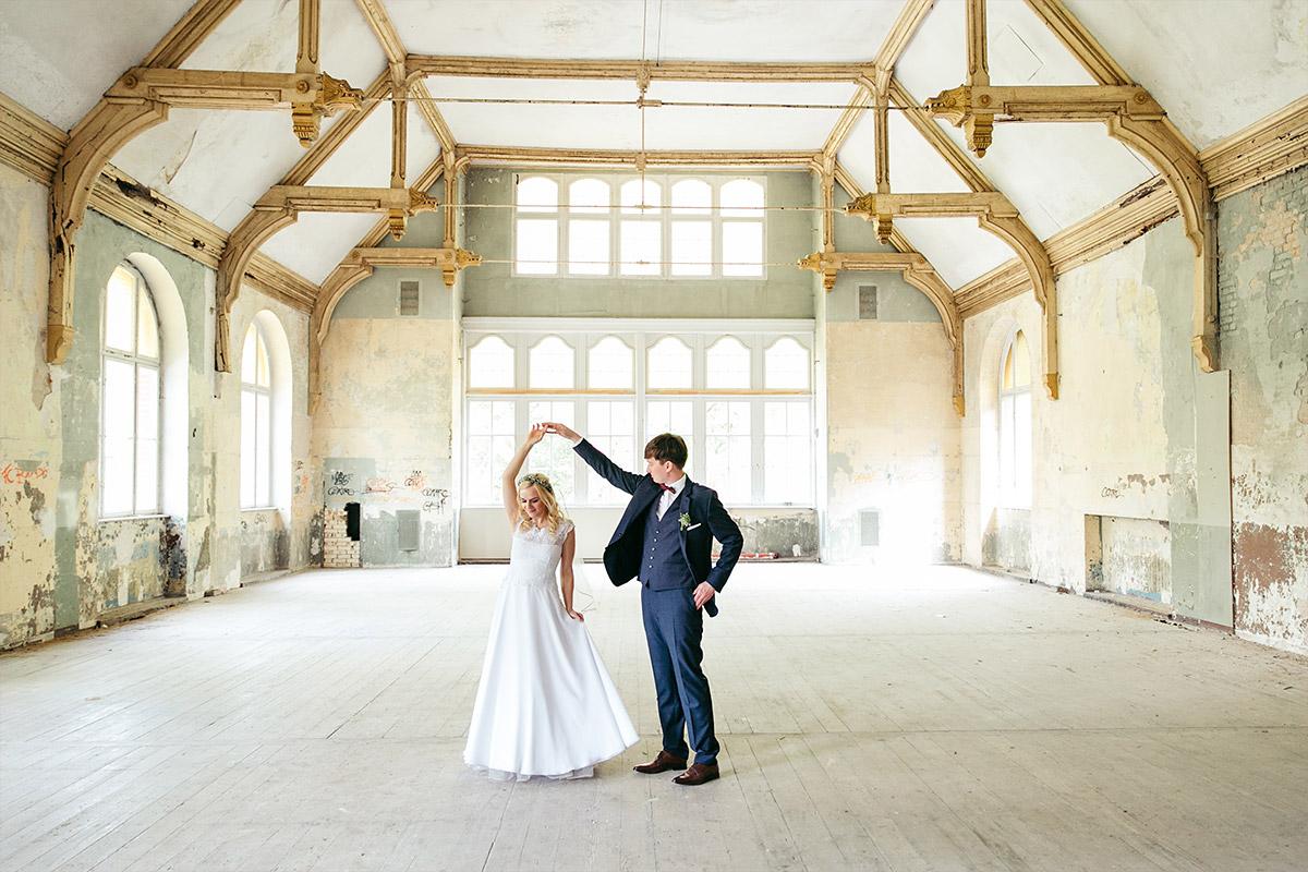 Hochzeitsfotografie von Brautpaar in verlassenem Gebäude der Beelitzer Heilstätten bei Landhotel Gustav Hochzeit © Hochzeitsfotograf Berlin www.hochzeitslicht.de
