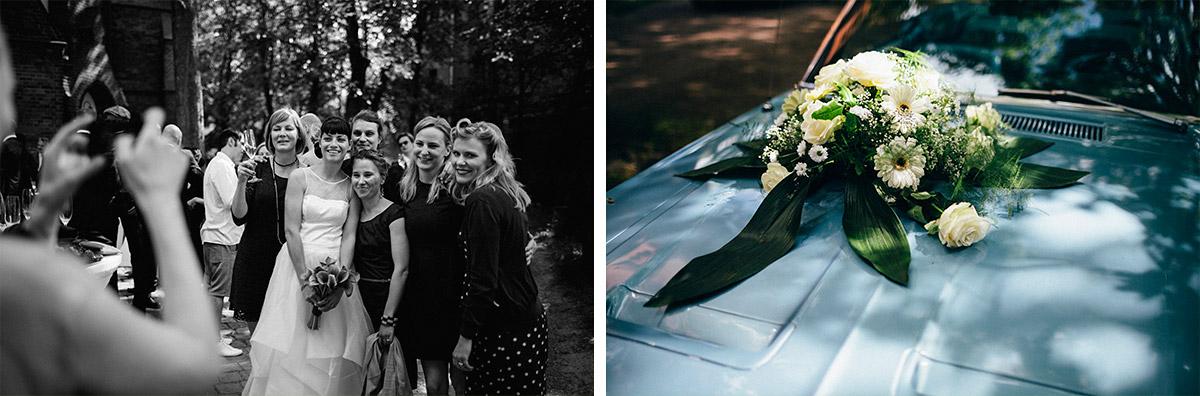 Gruppenfoto mit Braut und Hochzeitsfoto von vintage Hochzeitsauto bei Hochzeit Alte Teppichfabrik Alt-Stralau © Hochzeit Berlin www.hochzeitslicht.de