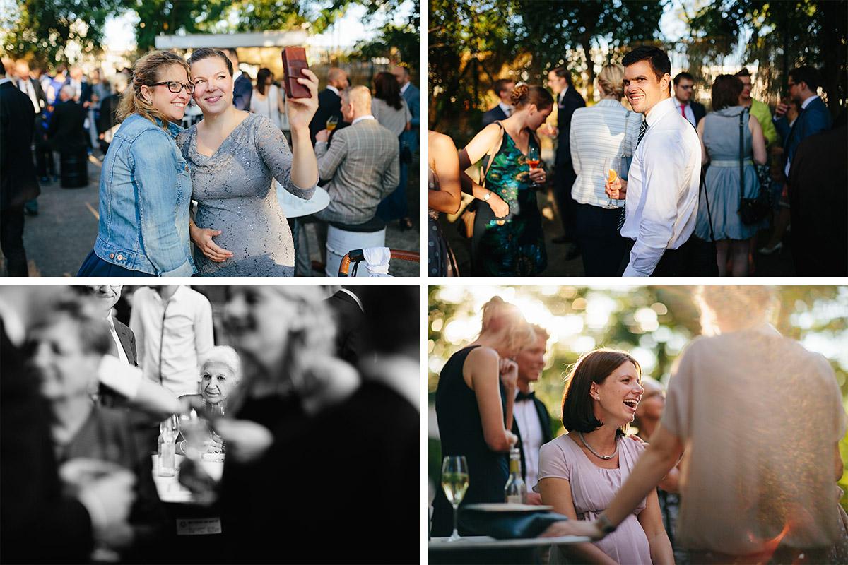 Hochzeitsfotos von Hochzeitsgästen während Sektempfang bei Hochzeit in Alter Teppichfabrik Berlin © Hochzeit Berlin www.hochzeitslicht.de