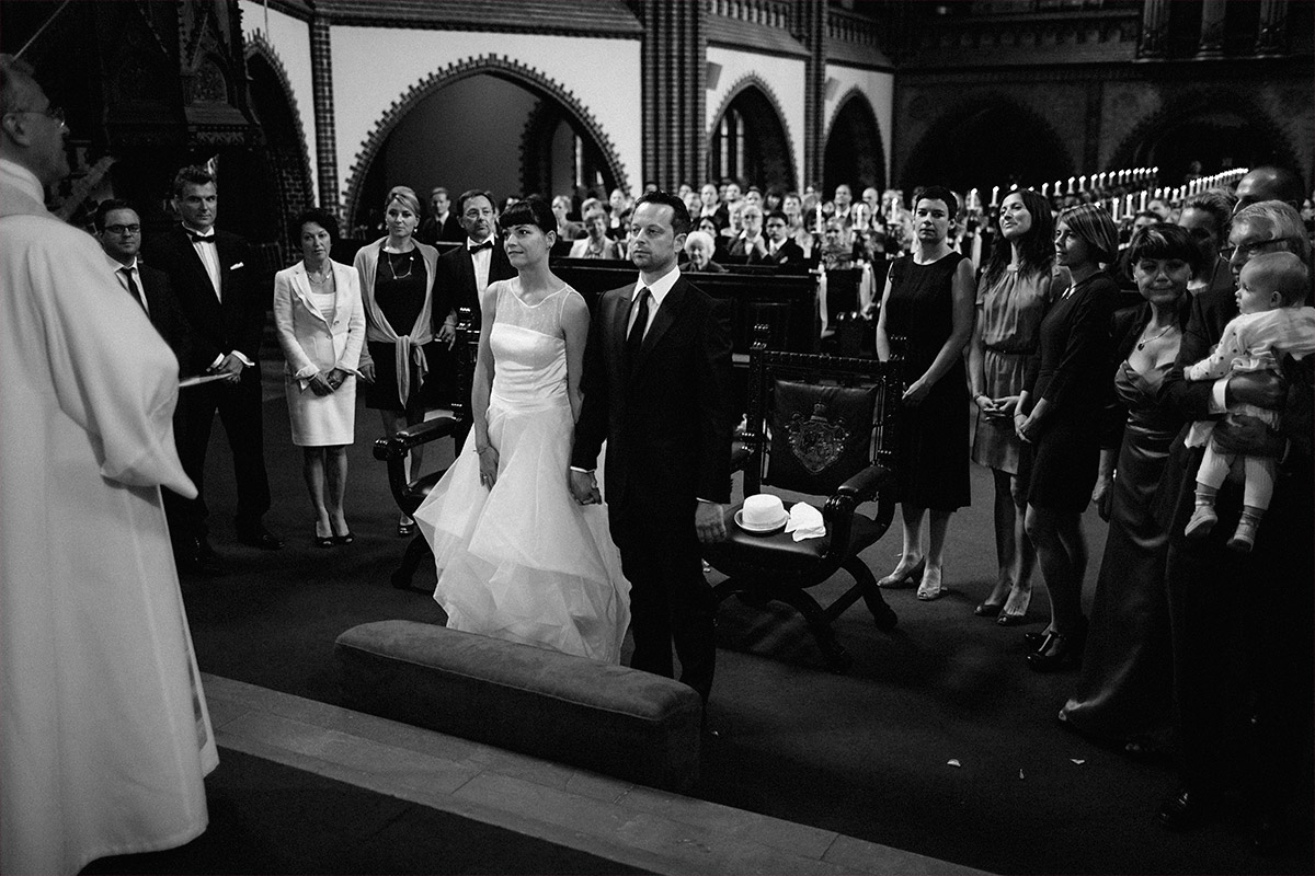 Hochzeitsfoto von Brautpaar und Hochzeitsgesellschaft bei Hochzeit in Erlöserkirche Berlin Rummelsburg © Hochzeit Berlin www.hochzeitslicht.de