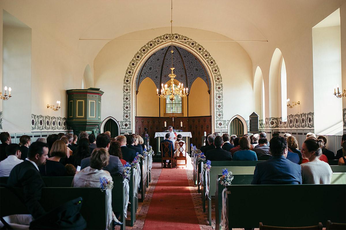 Hochzeitsfotografie von Trauungzeremonie in Feldsteinkirche Wulkow © Hochzeitsfotograf Berlin www.hochzeitslicht.de