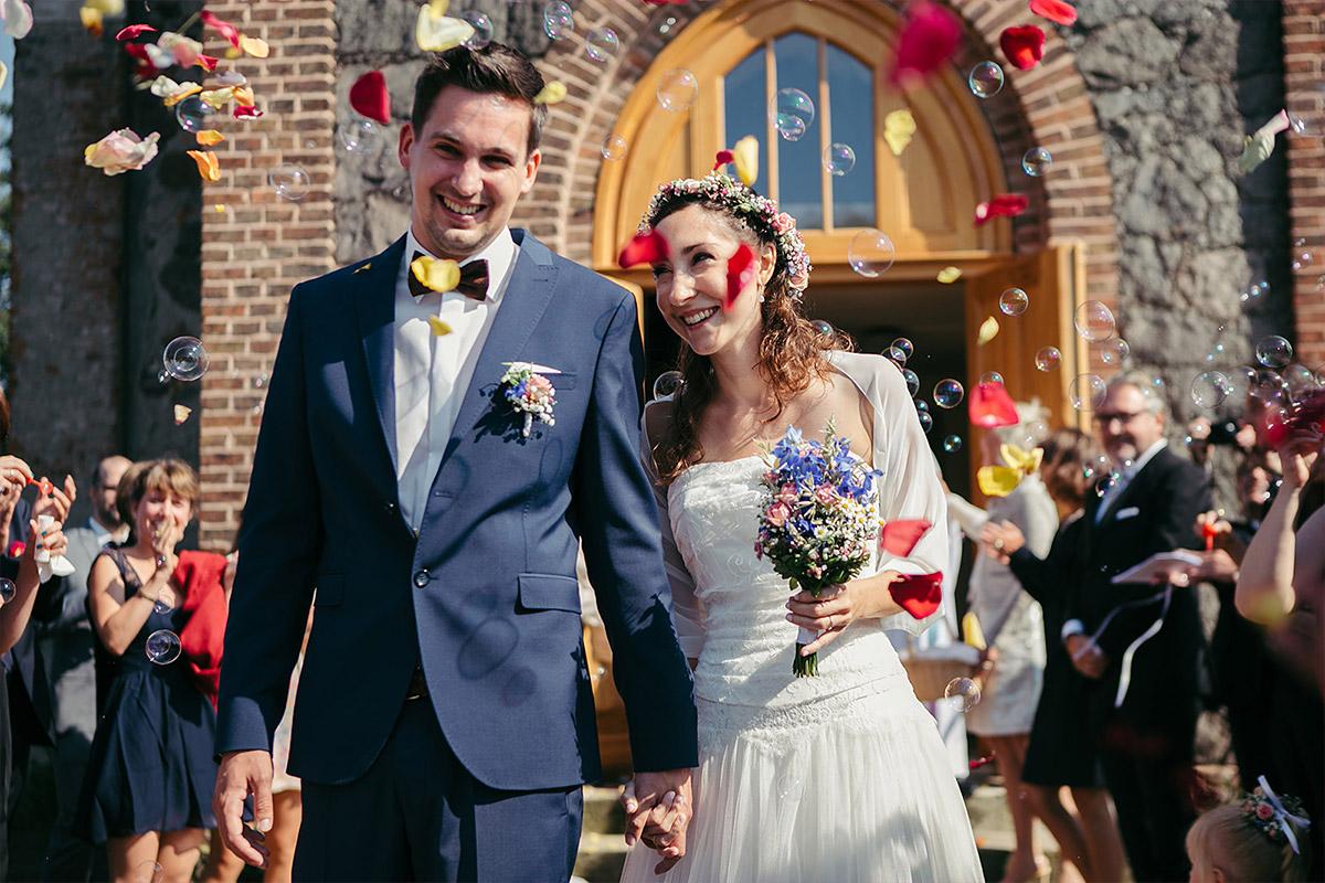 Hochzeitsfoto von Auszug von Braut und Bräutigam nach Trauung in Feldsteinkirche Wulkow bei Haus Tornow am See Hochzeit © Hochzeitsfotograf Berlin www.hochzeitslicht.de