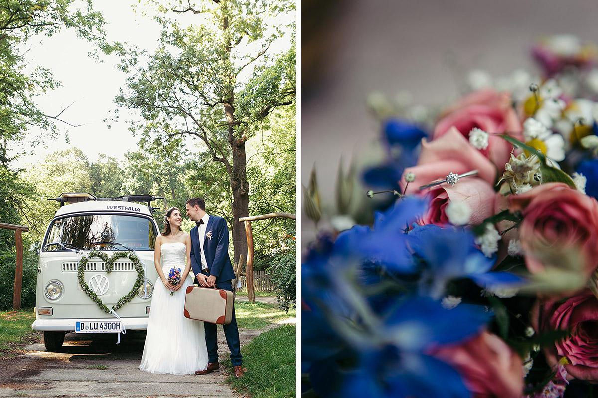 Brautpaarfoto vor Vintage VW-Bulli und Detailaufnahme von Brautstrauß bei Boho-Hochzeit im Haus Tornow aufgenommen von Berliner Hochzeitsfotografin © Hochzeitsfotograf Berlin www.hochzeitslicht.de
