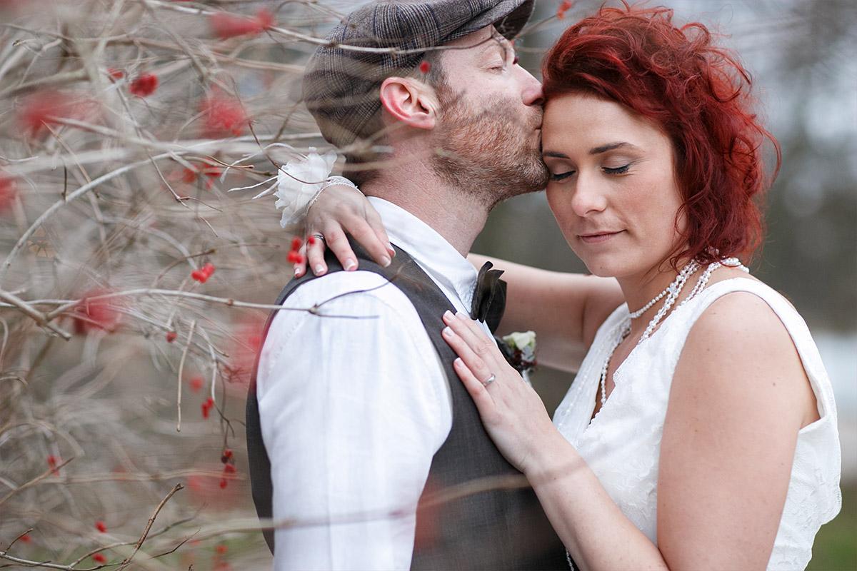 Hochzeitsfoto von Brautpaar aufgenommen von professionellem Hochzeitsfotografen aus Berlin bei Winter-Hochzeit in der Villa Contessa, Bad Saarow am Scharmützelsee © Hochzeitsfotograf Berlin www.hochzeitslicht.de
