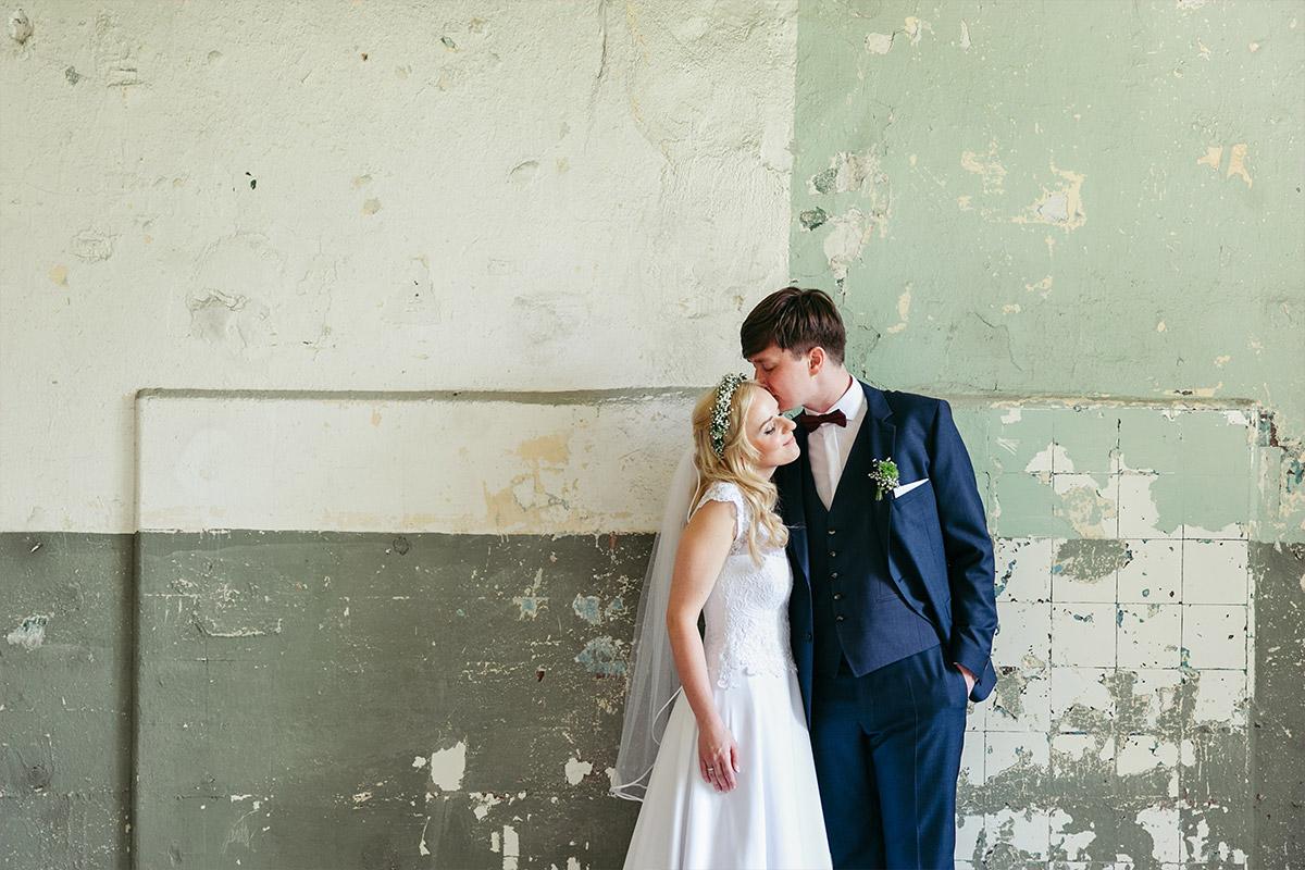 Brautpaarfoto aufgenommen von professionellem Hochzeitsfotograf bei Hochzeit in Beelitz Heilstätten © Hochzeitsfotograf Berlin www.hochzeitslicht.de