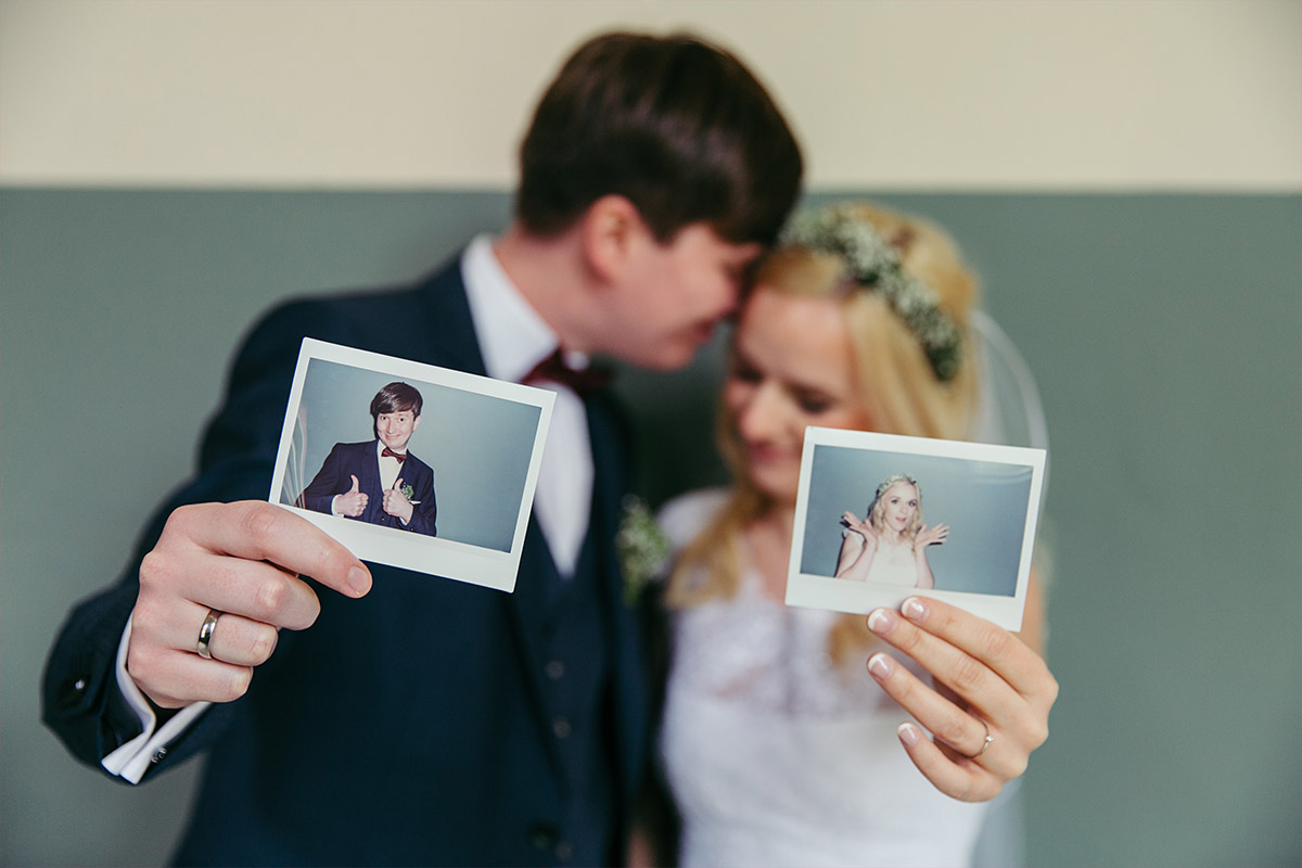 moderne Hochzeitsfotografie von Brautpaar aufgenommen von Berliner Hochzeitsfotograf bei Hochzeit in Beelitz Heilstätten © Hochzeitsfotograf Berlin www.hochzeitslicht.de