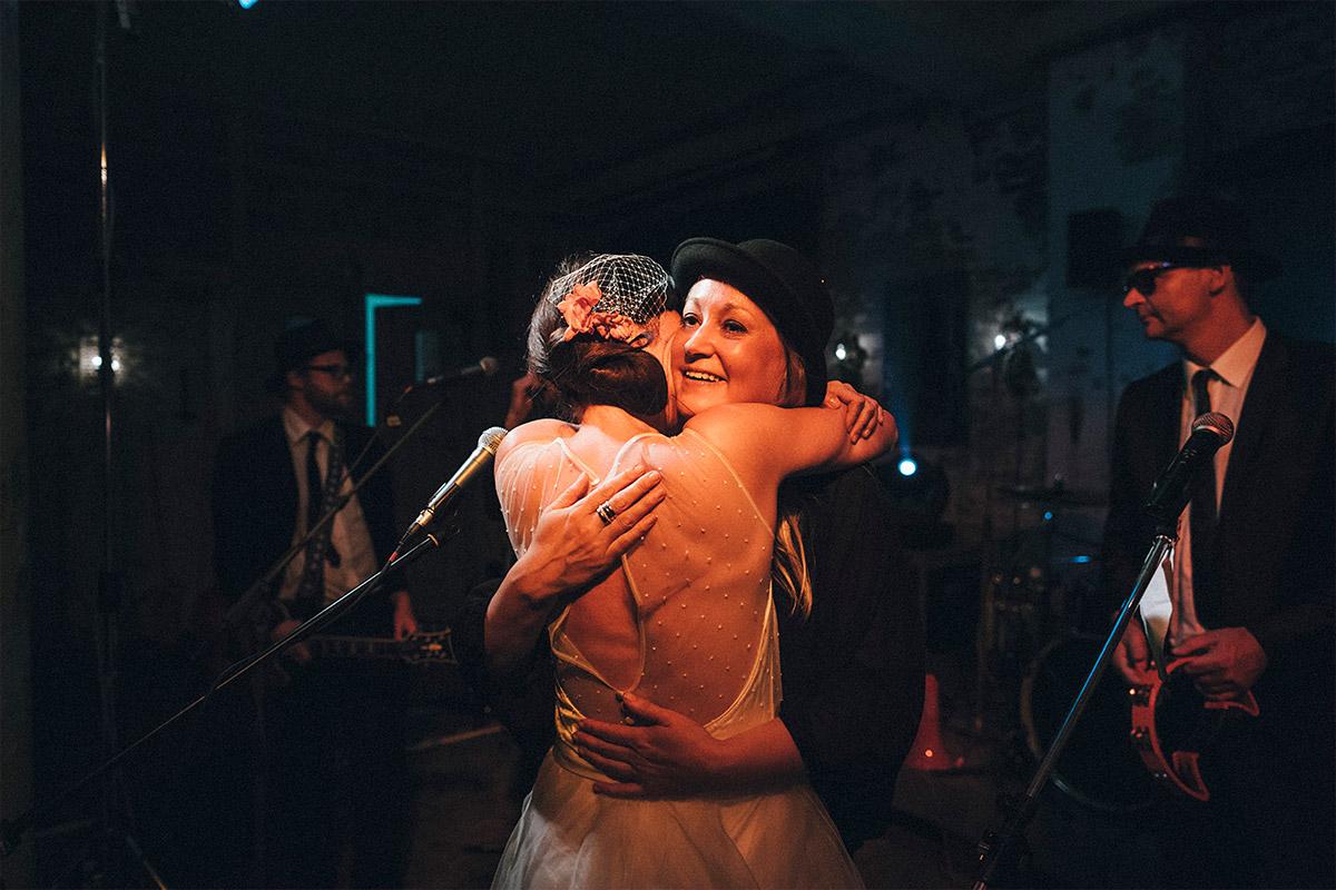 Hochzeitsreportage-Foto von Braut mit Musikern aufgenommen von Hochzeitsfotograf in Alter Teppichfabrik Berlin © Hochzeit Berlin www.hochzeitslicht.de