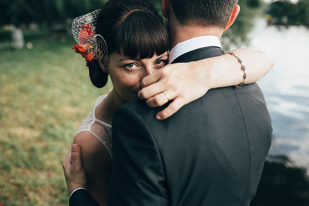 Brautpaarfoto an Rummelsburger Bucht aufgenommen von Hochzeitsfotograf bei Hochzeit Alte Teppichfabrik Berlin © Hochzeit Berlin www.hochzeitslicht.de