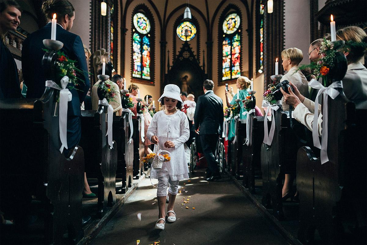 Hochzeitsfoto von Blumenmädchen bei Auszug des Brautpaares aufgenommen von Hochzeitsfotograf in Erlöserkirche Berlin Lichtenberg © Hochzeit Berlin www.hochzeitslicht.de
