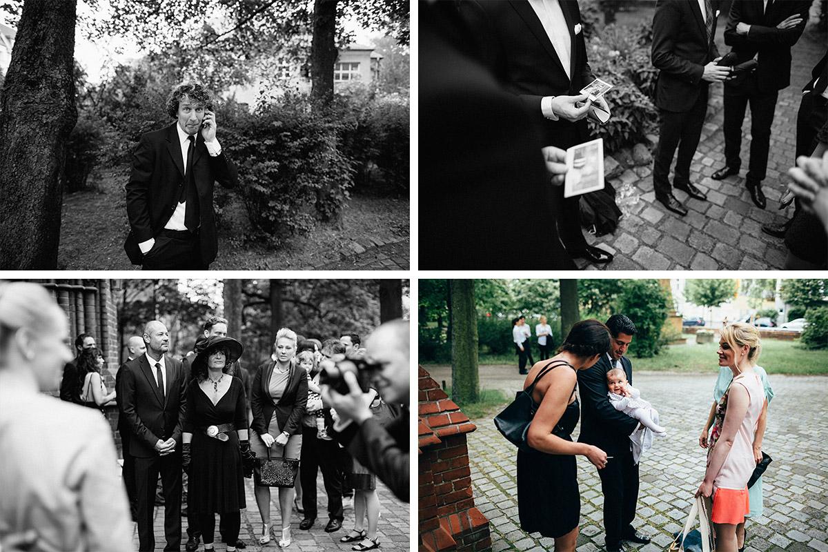 Hochzeitsfotos von wartenden Gästen aufgenommen von Hochzeitsfotograf vor Erlöserkirche Berlin-Rummelsburg © Hochzeit Berlin www.hochzeitslicht.de