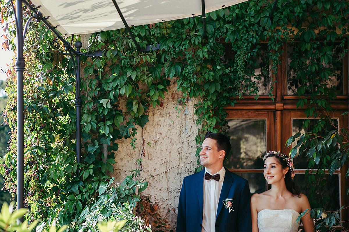 Hochzeitsfoto von Brautpaar aufgenommen von professionellem Hochzeitsfotograf bei Haus Tornow Hochzeit © Hochzeitsfotograf Berlin www.hochzeitslicht.de