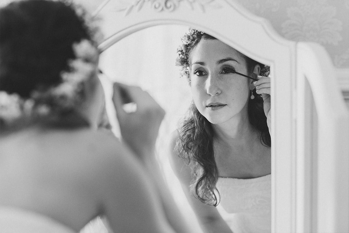 Hochzeitsfotografie vom Styling der Braut aufgenommen von professionellem Hochzeitsfotograf bei Hochzeitsreportage im Haus Tornow am See © Hochzeitsfotograf Berlin www.hochzeitslicht.de