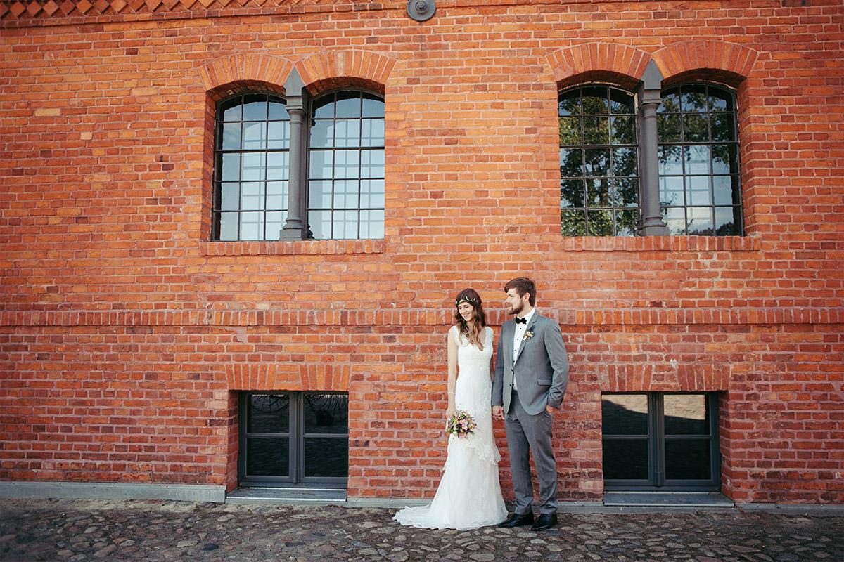 Brautpaarfoto bei Landgut Stober Hochzeit aufgenommen von professionellem Hochzeitsfotografen Berlin vor Backsteinwand © Hochzeitsfotograf Berlin www.hochzeitslicht.de