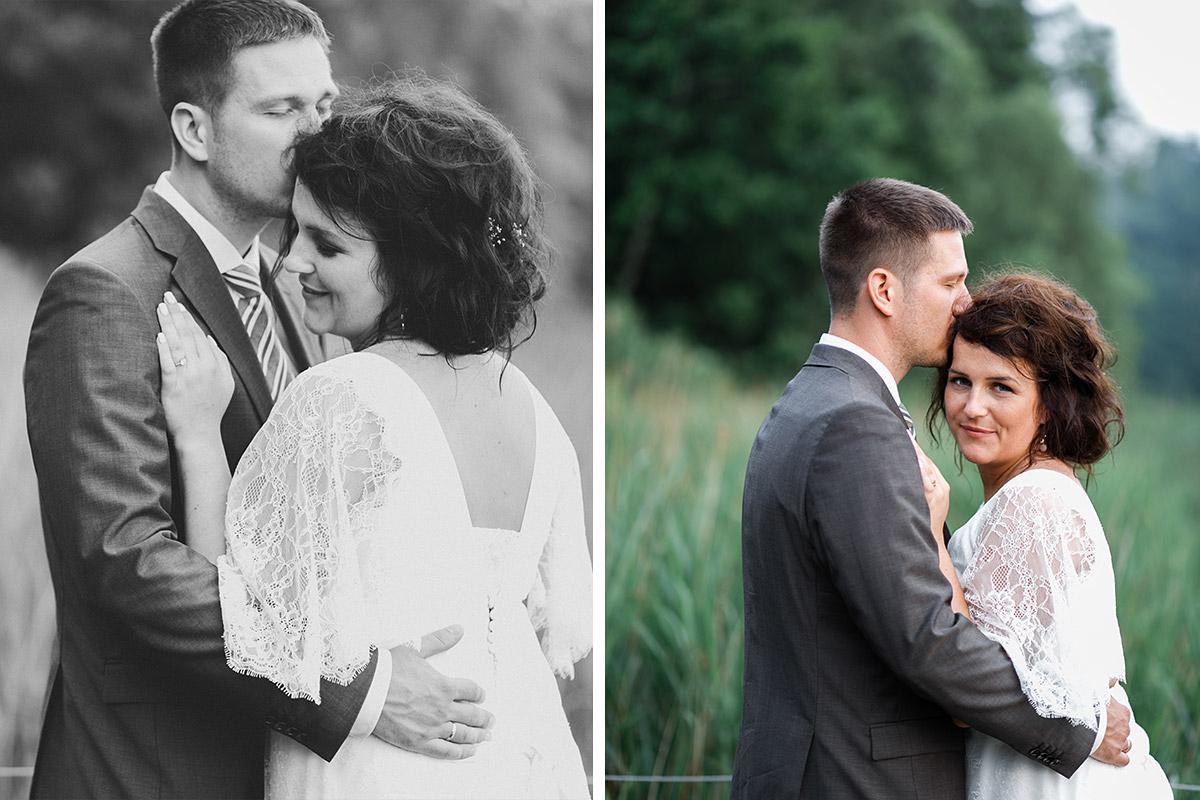 Brautpaarfotos im Grünen aufgenommen von Hochzeitsfotograf bei Sommerhochzeit im Seehaus von Schloss Liebenberg © Hochzeitsfotograf Berlin www.hochzeitslicht.de