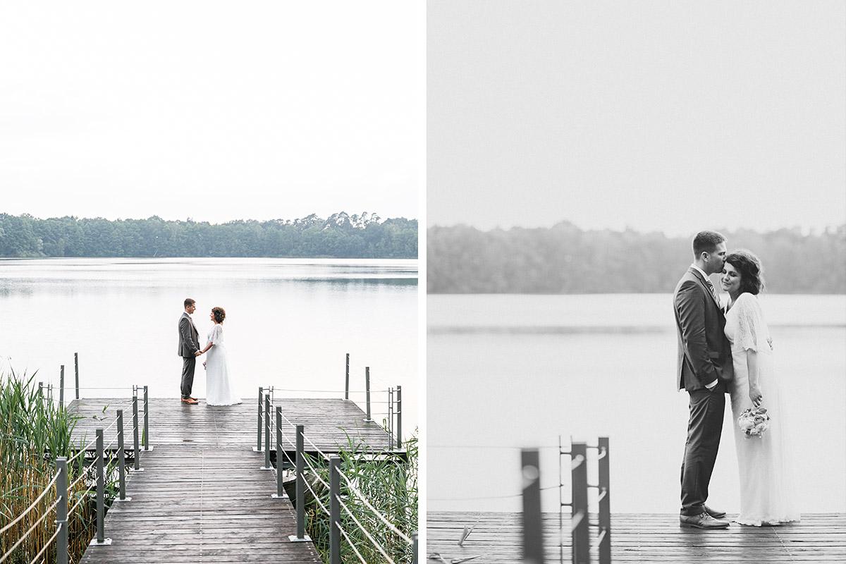 romantische Hochzeitsfotos von Braut und Bräutigam an Steg aufgenommen von Hochzeitsfotograf am See bei Seehaus-Schloss-und-Gut-Liebenberg-Hochezeit © Hochzeitsfotograf Berlin www.hochzeitslicht.de