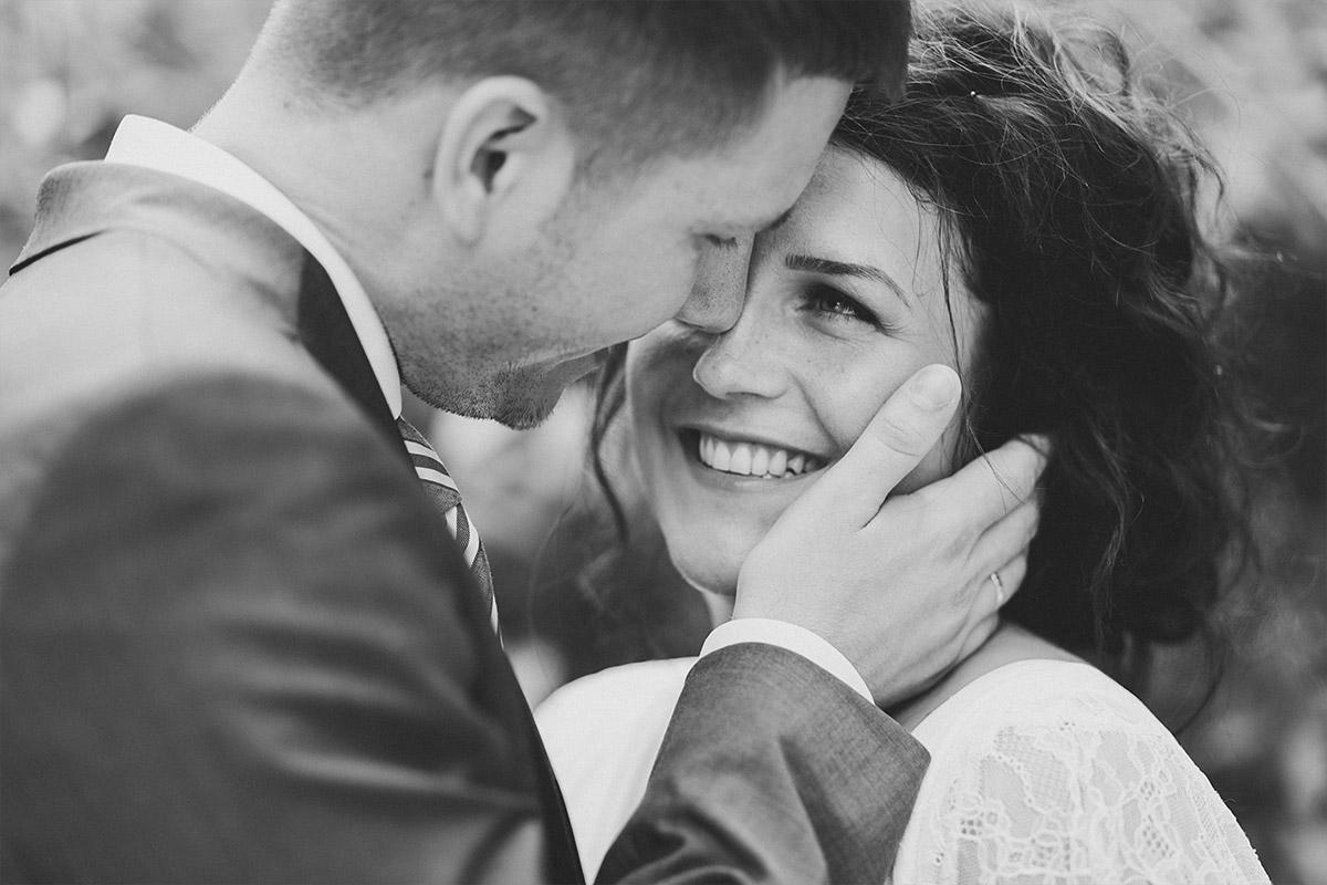 authentisches Hochzeitsfoto von Brautpaar aufgenommen von Hochzeitsfotograf bei Sommerhochzeit im Seehaus von Schloss und Gut Liebenberg © Hochzeitsfotograf Berlin www.hochzeitslicht.de