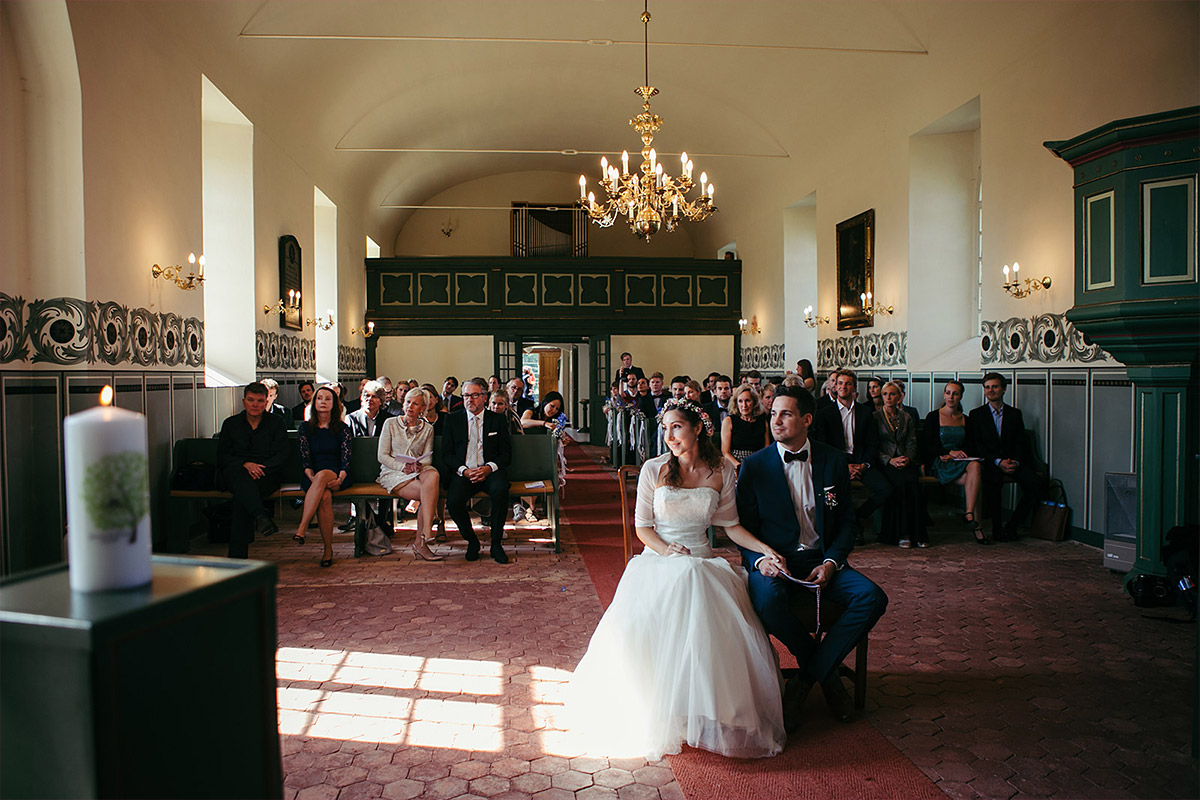 Hochzeitsfoto von Trauung in Feldsteinkirche Wulkow aufgenommen von Hochzeitsfotograf bei Hochzeitsreportage im Haus Tornow am See © Hochzeitsfotograf Berlin www.hochzeitslicht.de